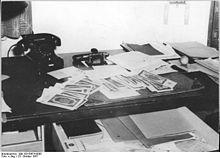 Bundesarchiv Bild 183-50674-0005, Magdeburg, Zimmer des Oberkonsistorialrates Klebitz, Geldscheine.jpg