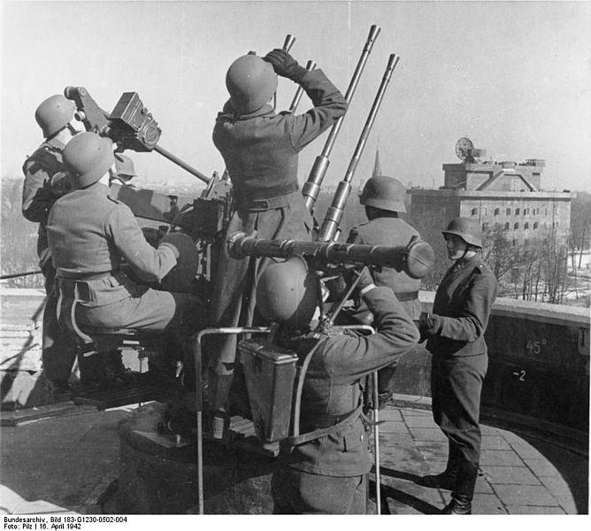 File:Bundesarchiv Bild 183-G1230-0502-004, Berlin, Zoo-Flakturm, Flak-Vierling.jpg
