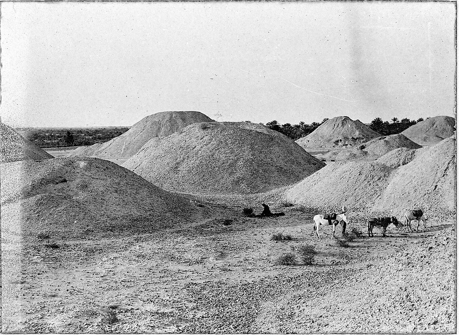 [Image: 1600px-Burial_Mounds_in_Bahrain_1918.jpg]