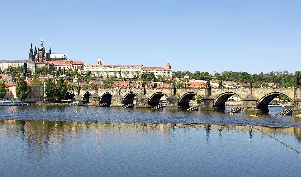 Rivière Vltava et Pont Charles à Prague. Photo de Sergey Ashmarin