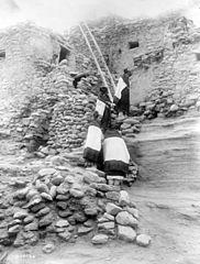 EDWARD SHERIFF CURTIS LE PHOTOGRAPHE DES AMÉRINDIENS 182px-Cliff_perched_homes%2C_Hopi