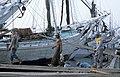 Collectie NMvWereldculturen, TM-20023409, Dia, 'Het lossen van een lading hout aan boord van een Buginese prauw in de haven Sunda Kelapa', fotograaf Janneke van Dijk, 1991.jpg