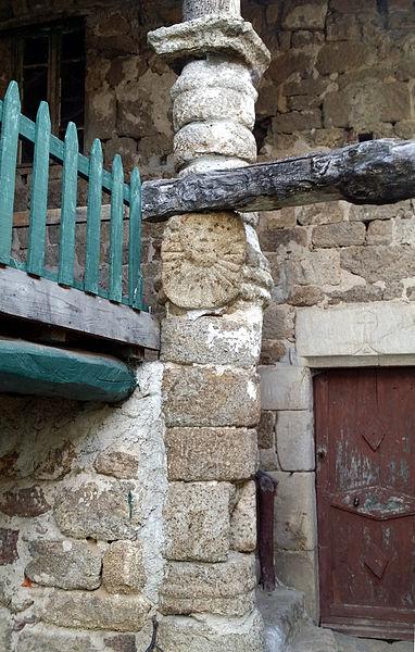 Colonne avec masque solaire, monument historique situé au hameau de Balayn à Saint-Félicien, Ardèche, France Base Mérimée: PA00116783