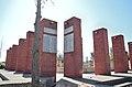 Columnas de piedra con placas de mármol con nombres de víctimas en Memorial de Detenidos Desaparecidos y Ejecutados de Talca.jpg