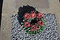 Couronne de fleurs en céramique au cimetière de l'église Saint-Sauveur de Saint-Sauveur-Marville le 3 septembre 2014 - 1.jpg