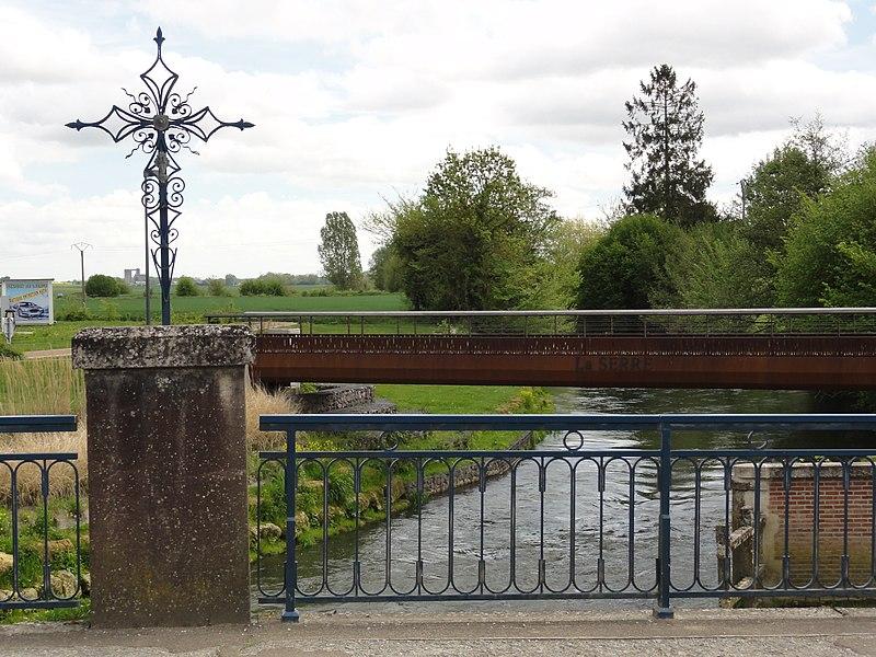 Crécy-sur-Serre (Aisne) croix de chemin, pont et passerelle sur la Serre
