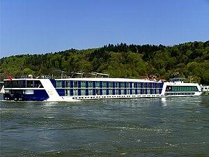 Deutsch: Ein Binnen-Kreuzfahrtschiff auf der D...