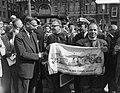 Dam tot Dam race , eerste dag. Burgemeester Franken van Zaandam en radio-reporte, Bestanddeelnr 910-6168.jpg