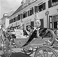 De calèche met koningin en prins voor het Gebouw der Staten, Bestanddeelnr 252-4255.jpg