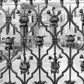 Detail van toegangshek op brug voor Huis Doorn, ornament in hekvleugel met bladmotieven en rozetten - Doorn - 20337040 - RCE.jpg