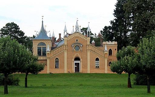Die Frontseite des Gotischen Hauses im Wörlitzer Park