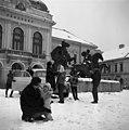 Dobó tér, Végvári vitézek szoborcsoport (Kisfaludi Stróbl Zsigmond, 1967.), háttérben a Városház. Fortepan 87128.jpg