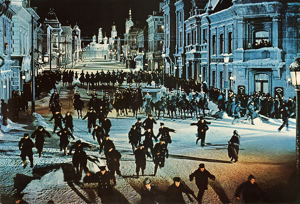 Questa immagine ha l'attributo alt vuoto; il nome del file è 1024px-Doctor_Zhivago_%28film%29-The_Cossacks_attack_a_peaceful_demonstration.jpg