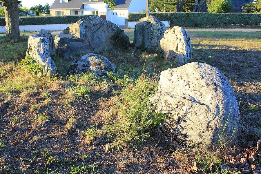 Dolmen à galerie avec la base de son tumulus à Belz