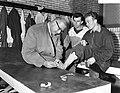 Dr. Pannekoek onderzoekt voet van Van der Kuyl, in het midden Coen Moulijn, Bestanddeelnr 909-9382.jpg