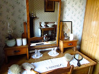 Tenement House (Glasgow) - Image: Dressing table The bedroom The Tenement House, 145 Buccleuch Street, Garnethill, Glasgow (22944872893)