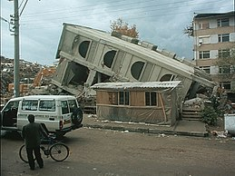Duzce 1999 earthquake damage Bilham 892.jpg