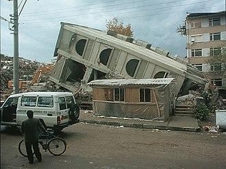 1999 Düzce earthquake - Building damage in Düzce (NOAA/Bilham)