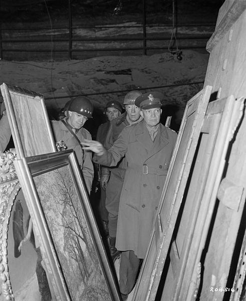 Archivo: Eisenhower inspecciona obras de arte robadas - 1945.jpg mina Merkers sal