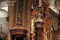El botafumeiro, que hoy descansa, pasa desapercibido entre la elevada hornamentación de la catedral - panoramio.jpg