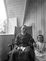 En kvinna och en liten flicka sitter på en balkong - Nordiska Museet - NMA.0057474.jpg