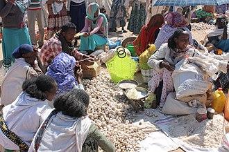 Hawzen (woreda) - Women selling garlic at Hawzien's weekly market (2017)