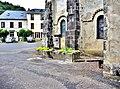 Fontaine contre le mur de l'église.jpg