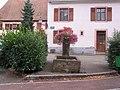Fontaine sur la place - panoramio.jpg