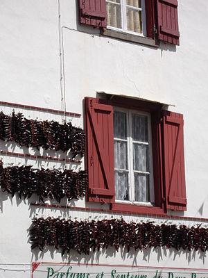 Espelette - Image: France Espelette Piments sur façade 2005 08 05