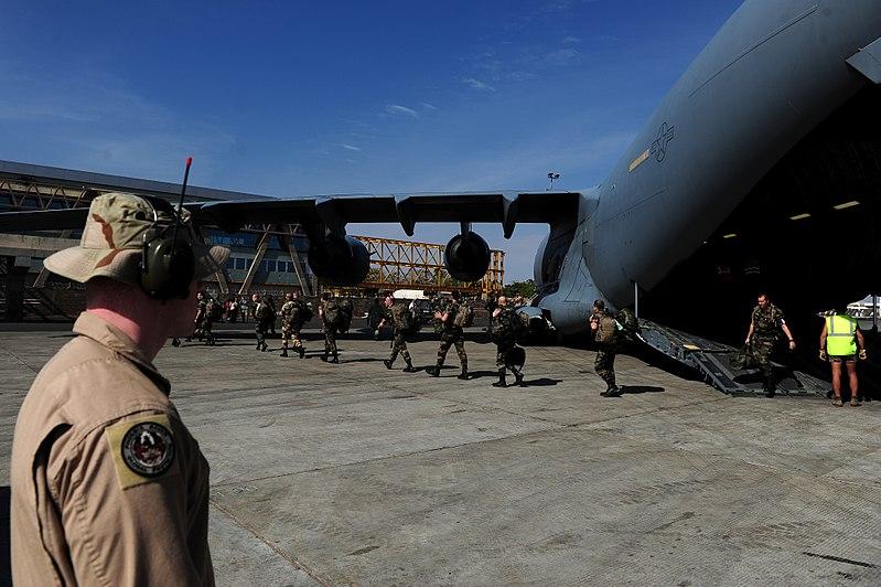File:French troops depart C-17 in Mali 130121-F-GO452-1200.jpg