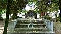 Głaz pamiątkowy z tablicą umieszczony na schodkowym podeście. W mogile spoczywają szczątki 369 ofiar terroru hitlerowskiego z Nakła i okolic zamordowanych przez Selbstschutz i niemiecką żandarmerię wojs - panoramio (2).jpg