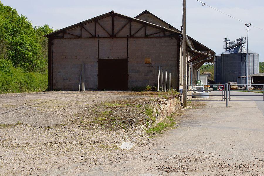 Ancienne halle à marchandises, silo et ancien quai.