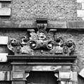 Gebeeldhouwd rolwerk boven een van de zijdeuren - Haarlem - 20096351 - RCE.jpg