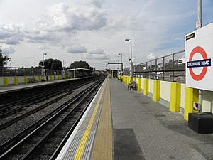 Goldhawk Road tube station - Image: Goldhawk Road stn look north 2012 01