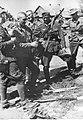 Grupa żołnierzy niemieckich na Kaukazie ogląda zbodyczny karabin radziecki (2-820).jpg