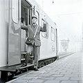 HUA-167731-Afbeelding van een conducteur tijdens het geven van het vertreksein voor een trein op het N.S.-station Utrecht C.S. te Utrecht.jpg