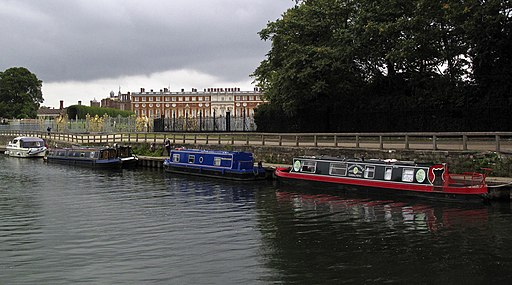 Hampton Court Palace from the Thames. - panoramio