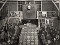 Handelaren tijdens de veiling van aardbeien en groente. Vanaf 1960 was de aardbeienveiling in de Parallelweg. Identificatienummer 54-004338, NL-HlmNHA 1478 25900 K 38.JPG