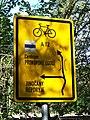 Holyně, směrová tabule pro cyklisty u železniční zastávky.jpg