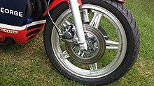 Silbernes Comstar-Rad auf einem Honda RCB Langstreckenrennrad