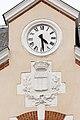 Horloge et armoiries de Rennes sur la façade de l'école élémentaire publique Contour Saint-Aubin, Rennes, France.jpg