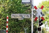 Horstwalder Straße Straßenschild mit Bahnübergang.jpg