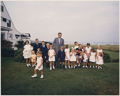 Hyannisport Weekend- President Kennedy with children - NARA - 194265.jpg