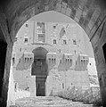 In de citadel van Aleppo Zicht op de hoofdpoort vanuit een binnenplaats, Bestanddeelnr 255-5951.jpg