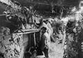 In einem fertig ausgebauten Schützengraben - CH-BAR - 3239119.tif
