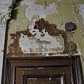 Interieur begane grond, gang, schildering boven deur naast trap, met schade - Baarn - 20338519 - RCE.jpg