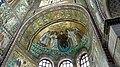 Italie, Ravenne, basilique San Vitale, mosaïque du Rédempteur entouré de deux anges et de saint Vital à gauche et de l'évêque Ecclesius à droite (48087024931).jpg