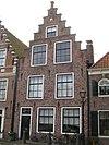 foto van Huis met eenvoudige trapgevel, toppilaster op maskerkraagsteen