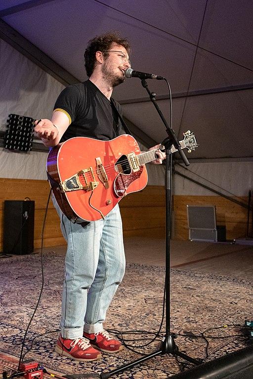 Jason Bartsch mit Gitarre beim Haldern Pop Festival. Tatsächlich tragt er die Gitarre nur manchmal. Manchmal rappt er ja auch oder macht Rumpelhouse.