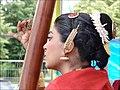Joueuse de tampura durant le concert de Raghunath Manet.jpg